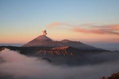 Zonsopgang bij vulkaan Semeru op Java, Indonesië Royalty-vrije Stock Foto's