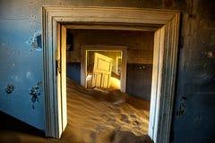 Zonsopgang binnen een verlaten gebouw in Kolmonskop Namibië stock foto's