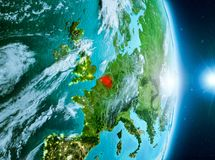 Zonsopgang boven België op aarde Stock Foto