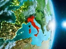 Zonsopgang boven Italië op aarde Stock Afbeeldingen