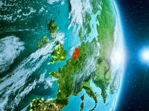 Zonsopgang boven Nederland op aarde Stock Afbeeldingen