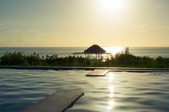 Zonsopgang boven palmbladenschuilplaats in Caraïbisch paradijs, Cayo Gu stock afbeeldingen