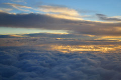 Zonsopgang boven wolken Stock Afbeeldingen
