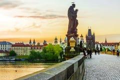 Zonsopgang in Charles Bridge in Praag, Tsjechische Republiek stock fotografie