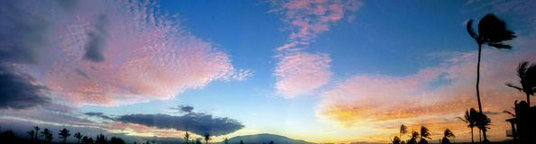 Zonsopgang cloudscape onder Mauna Kea zoals die van Waikaloa wordt gezien Stock Foto