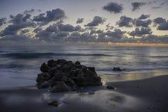 Zonsopgang in Coral Cove Beach stock afbeeldingen