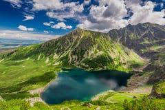 Zonsopgang in Czarny Staw Gasienicowy in de zomer, Tatras stock foto's