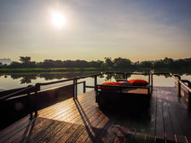Zonsopgang in de ochtend door de rivier in Kanchanaburi, Thailand stock afbeeldingen