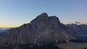 Zonsopgang in de provincie van Bolzano, Dolomiet Vogelperspectief van bergen en valleien De herfst in Italië Piektullen stock videobeelden