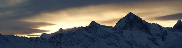 Zonsopgang in de Zwitserse alpen stock foto's