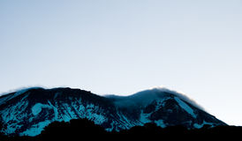 Zonsopgang die omhoog achter MT Kilimanjaro kruipt Royalty-vrije Stock Foto