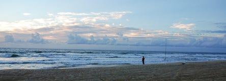 Zonsopgang die op het strand in hatteras Noord-Carolina vissen stock afbeeldingen