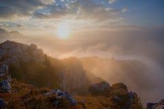 Zonsopgang door de mist Royalty-vrije Stock Foto