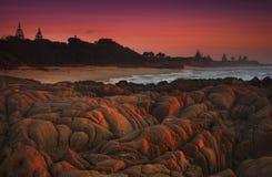 Zonsopgang door de rotsachtige kustlijn Stock Foto's