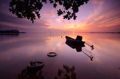 Zonsopgang en boot bij jubakar strand tumpat kelantan Maleisië stock foto's