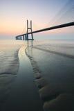 Zonsopgang en brug over Tagus-rivier in Lissabon Portugal Royalty-vrije Stock Foto's