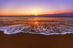 Zonsopgang en glanzende golven in oceaan Royalty-vrije Stock Foto