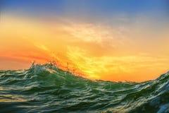 Zonsopgang en glanzende golven in oceaan Royalty-vrije Stock Afbeeldingen