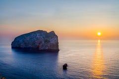 Zonsopgang en het kleine eiland in het overzees Royalty-vrije Stock Foto's