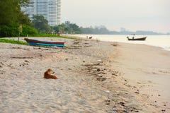 Zonsopgang en kleine vissersboten In de vroege ochtend stock foto