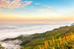 Zonsopgang en mist in de ochtend royalty-vrije stock afbeelding