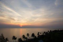 Zonsopgang en sillhouettekokospalm bij strand en overzees royalty-vrije stock afbeelding