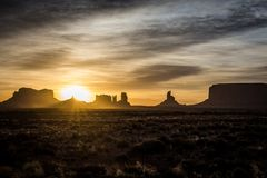 Zonsopgang en zonnestraal in Monumentenvallei in de Zuidwestelijke Verenigde Staten royalty-vrije stock foto