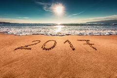 Zonsopgang Gelukkig Nieuwjaar 2017 concept, die op het strand van letters voorzien Royalty-vrije Stock Afbeeldingen