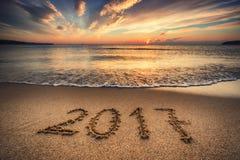 Zonsopgang Gelukkig Nieuwjaar 2017 concept op het overzeese strand Royalty-vrije Stock Afbeeldingen