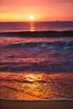 Zonsopgang het lichte glanzen op oceaangolf Stock Fotografie