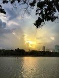 Zonsopgang in het stadspark met eendboot op een vijver royalty-vrije stock foto