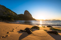 Zonsopgang in het strand royalty-vrije stock afbeeldingen
