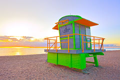 Zonsopgang in het Strand Florida van Miami, met een kleurrijke badmeesterhous Stock Foto
