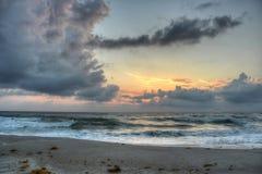 Zonsopgang in het Strand van Melbourne, Florida stock afbeeldingen