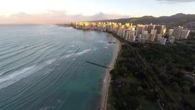 Zonsopgang hoog boven Waikiki-Strand in Oahu, Hawaï, Verenigde Staten stock footage