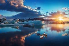 Zonsopgang in Jokulsarlon het ijslagune van IJsland van jokulsarlon in de ochtend in de zomer of de winter Blauwe ijsbergen royalty-vrije stock afbeelding