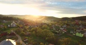 Zonsopgang in klein dorp in de heuvels van de vallei stock footage