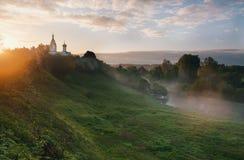 Zonsopgang in klein Russisch dorp Stock Afbeeldingen