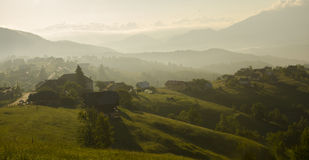 Zonsopgang in landelijk bergdorp Stock Foto's