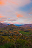 zonsopgang landelijk landschap en bergen Stock Afbeeldingen