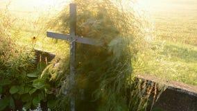 Zonsopgang licht en oud kruisbeeld op het gebied stock videobeelden