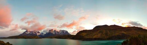 Zonsopgang: Meer Pehoe en Torres del Paine bergen, Chili stock fotografie