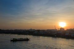 Zonsopgang met boot en rivier Royalty-vrije Stock Foto's