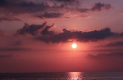Zonsopgang met Donkere Wolken en Hemel met een donkere violette mening Stock Foto's