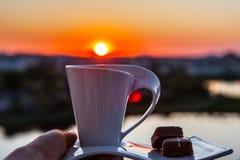 Zonsopgang met een kop van koffie Stock Afbeelding