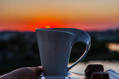 Zonsopgang met een kop van koffie Stock Afbeeldingen