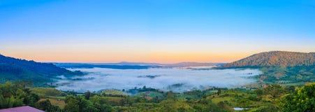 Zonsopgang met mist en berg op ochtend Stock Foto