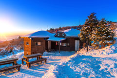 Zonsopgang met mooie Lensgloed bij Deogyusan-bergen in wint Royalty-vrije Stock Afbeeldingen