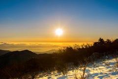 Zonsopgang met mooie Lensgloed bij Deogyusan-bergen in wint Stock Foto's