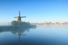 Zonsopgang met windmolens royalty-vrije stock afbeelding
